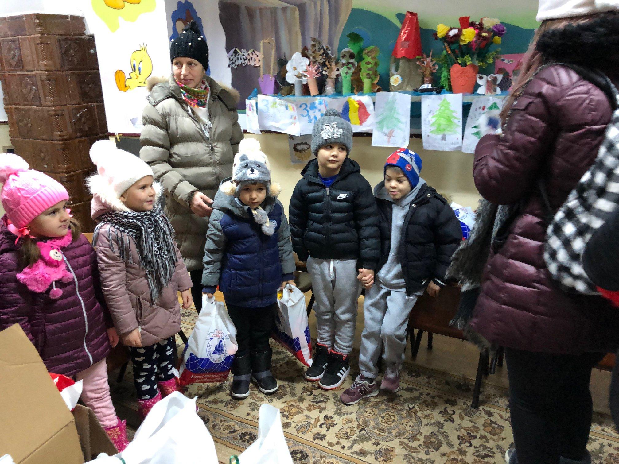 Reprezentantii Consiliului elevilor s-au deghizat in ajutoarele Mosului pentru a aduce cadouri unui numar de 75 de copii de la gradinita